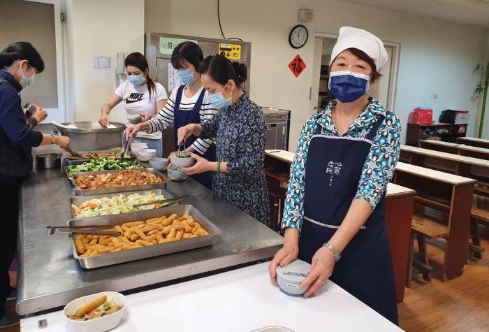 Á hậu Ngọc Đình cùng nhóm thiện nguyện của mình âm thầm nấu cơm chay và phát cho người già neo đơn mỗi tuần